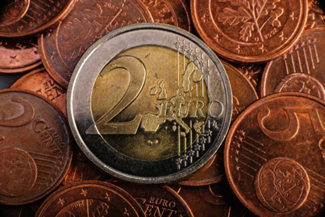 Ces pièces ont été mises en circulation en Grèce en 2002, mais frappées par des pays étrangers. © Shutterstock
