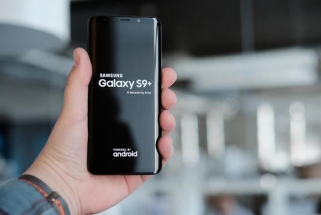 Le Samsung Galaxy S9 est fourni avec un forfait SFR Power 50Go, sous engagement de 24 mois. © Shutterstock