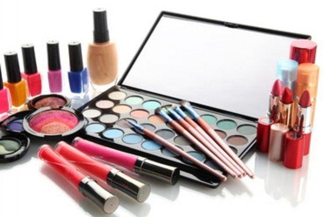 Découvrez notre sélection maquillage pour l'été. © Africa Studio - Fotolia.com