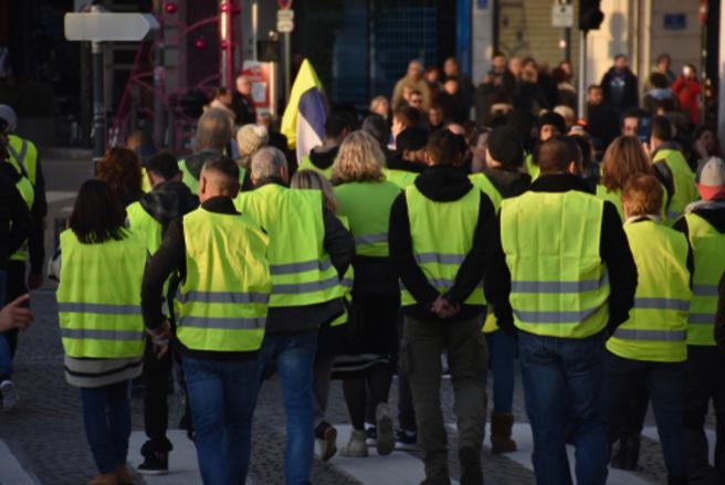 Moratoire sur les taxes, rendez-vous avec les « gilets jaunes » annulé et blocages dans plusieurs lycées, ce jour en France. © Shutterstock