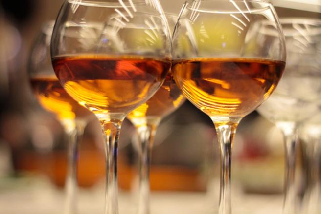 Ces bouteilles de vin jaune proviennent d'une vigne taillée sous Louis XV et vendangée sous Louis XVI. © Shutterstock