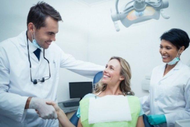 Une femme enceinte doit prendre soin de ses dents