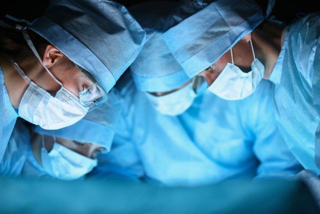 Le personnel médical aurait omis de lire l'étiquette sur la poche de liquide avant de l'administrer à la patiente. © Shutterstock