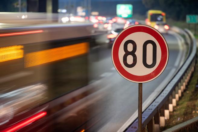 Les conducteurs sont plus nombreux à respecter les limitations de vitesse sur les routes dangereuses. © Shutterstock