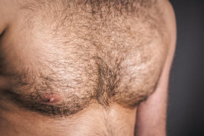Les poils sont à nouveau assumés sur le torse des hommes. © Shutterstock