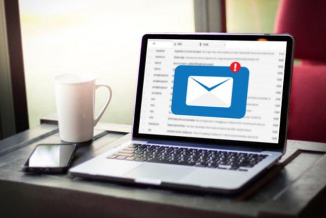Les emails en question demandent au destinataire de renvoyer des documents contenant des informations personnelles. © Shutterstock