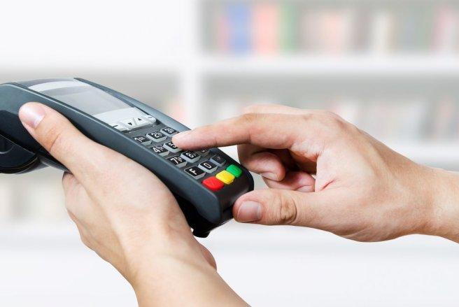 Les consommateurs de retirer de l'argent liquide chez les commerçants avec leur carte bleue. © Shutterstock