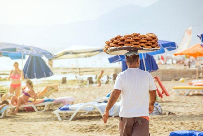 Les emplois saisonniers séduisent les jeunes mais aussi les seniors. © Shutterstock