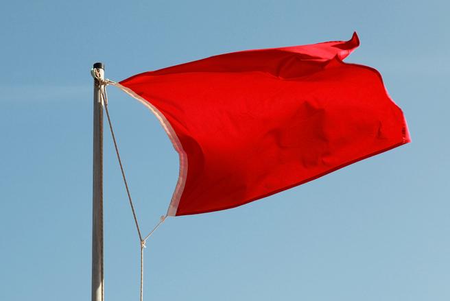 Le drapeau rouge indique que la baignade est interdite. © Shutterstock