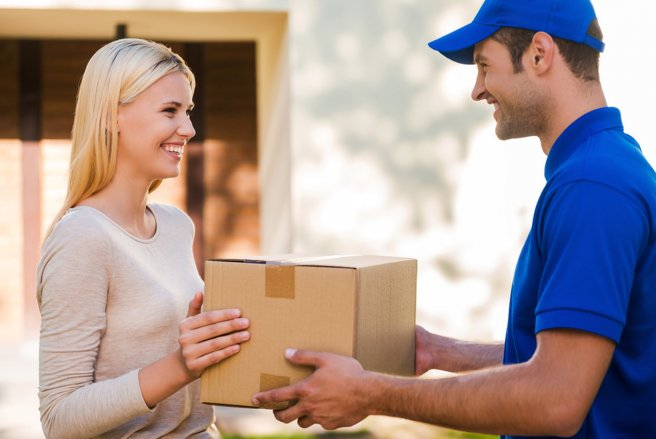 Les consommateurs exigent la livraison gratuite et rapide de leurs achats. © Shutterstock