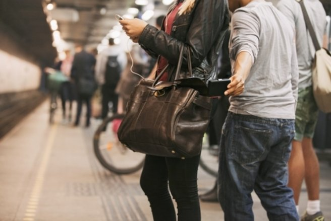 Méfiez-vous notamment des faux employés EDF-GDF, de la Poste, de France Télécom, des faux policiers ou gendarmes. © Shutterstock