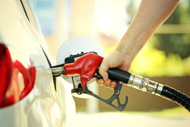 Deux députés LR veulent créer un «chèque carburant» pour soulager les Français qui font face à la hausse des prix du carburant. © Shutterstock