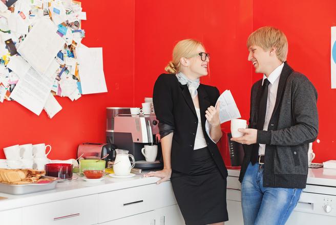Mais de quoi parle-t-on avec ses collègues à la machine à café ? © Shutterstock