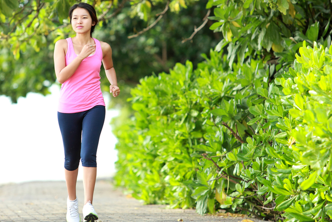 La marche rapide est une activité simple et peu couteuse qui vous remet en forme.