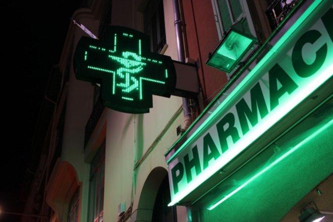 Les pharmacies ouvertes 24h/24 aimeraient pouvoir ouvrir aussi le dimanche. © Shutterstock