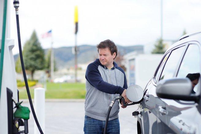 La baisse des prix à la pompe se confirme. © Shutterstock