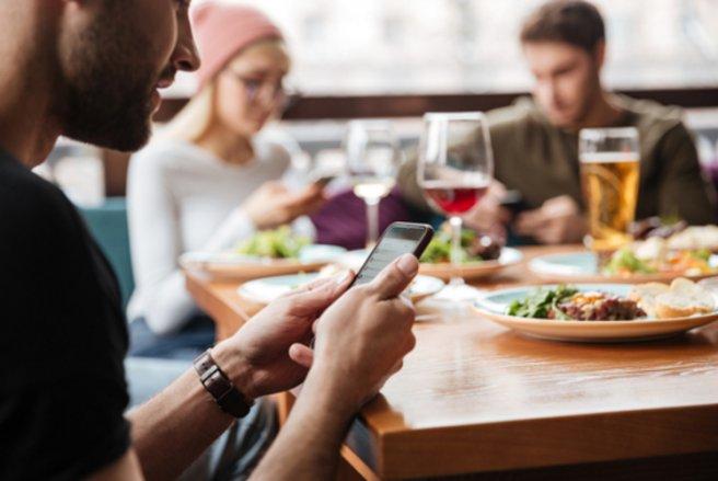 Carton jaune ou rouge pour les clients qui utilisent leur téléphone lors des repas. © Shutterstock