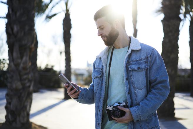 Tandis que le smartphone immortalise le quotidien, l'appareil photo, lui, joue sur la qualité des clichés.