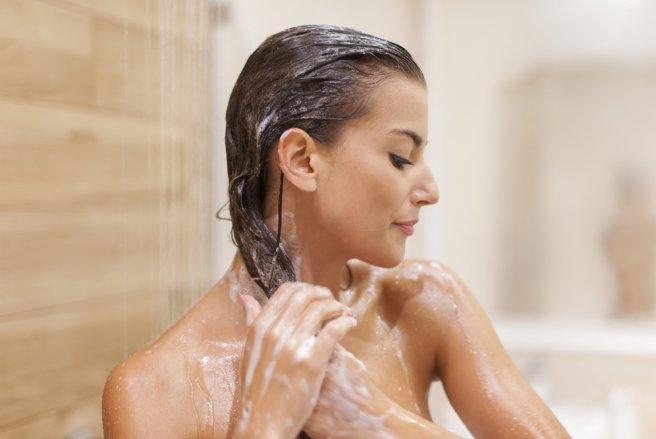 Pour réparer les cheveux cassants, il faut en prendre soin dès l'étape du shampoing.