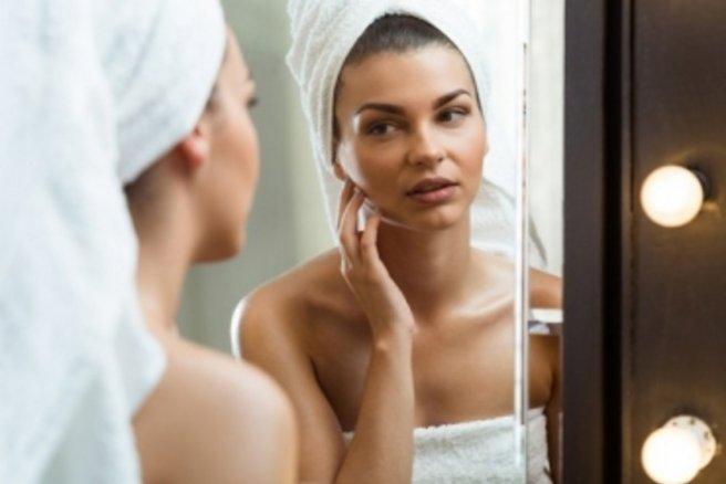 Les huiles essentielles sont un remède beauté efficace contre de multiples imperfections de la peau