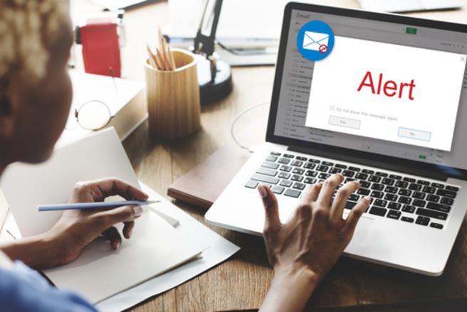Il ne suffit parfois que de rallumer son ordinateur pour faire disparaître une fenêtre pop-up bloquée. © Shutterstock