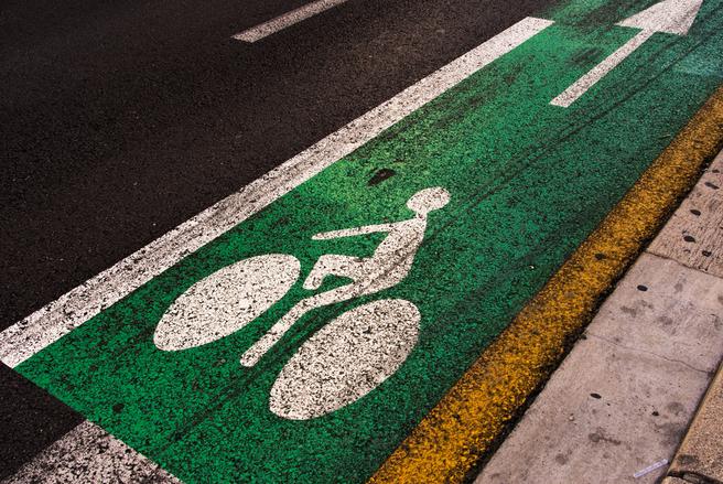 Les pistes cyclables devraient se multiplier dans les villes françaises. © Shutterstock