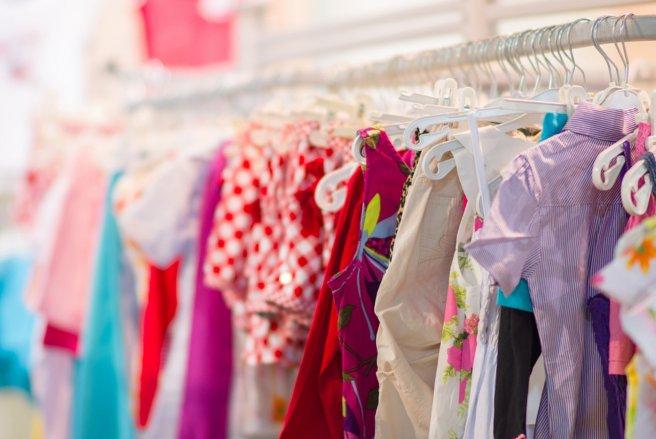Jake + Maya Kids, la marque qui propose des vêtements qui grandissent avec les enfants. © Shutterstock