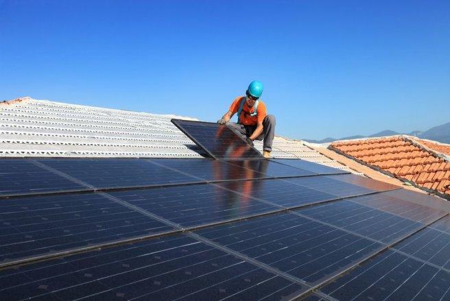 L'UFC dénonce  la recrudescence des litiges liés au démarchage à domicile pour des travaux de rénovation énergétique. © Shutterstock