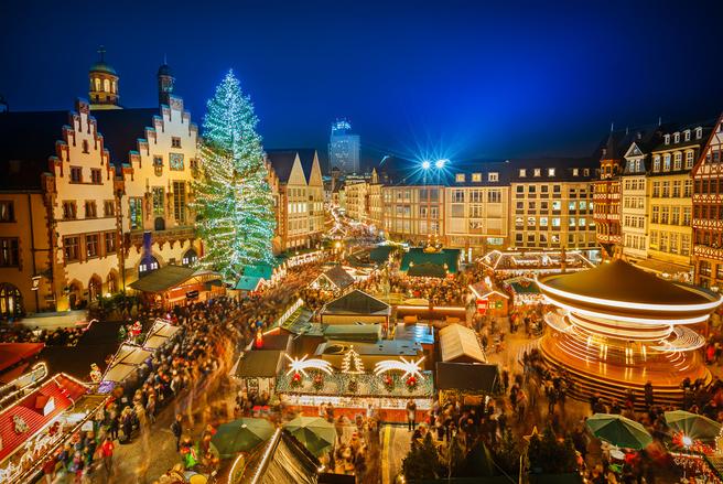 Les marchés de Noël sont un lieu féérique où petits et grands profitent d'une ambiance chaleureuse et lumineuse.