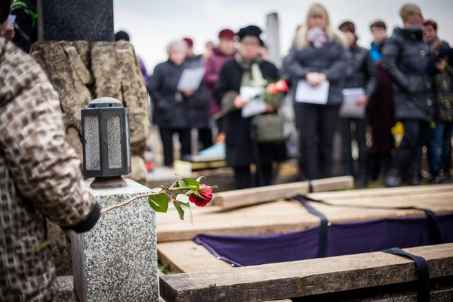 L'association rouennaise pour l'adieu aux morts isolés enterrent des inconnus. © Shutterstock