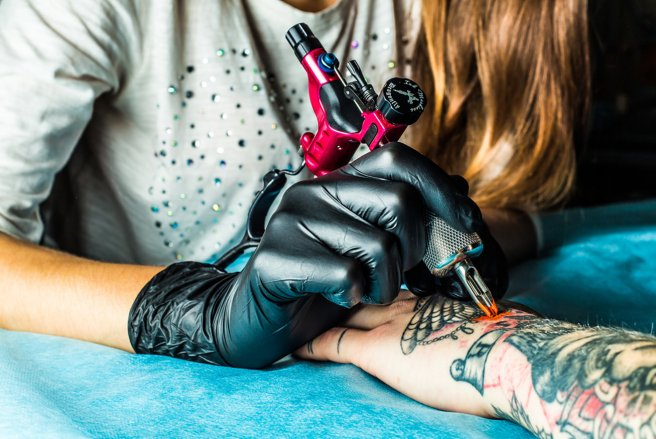 L'encre des tatouages ne resterait pas en place : des nano-particules voyagent dans tout le corps du tatoué, selon une étude. ©Shutterstock