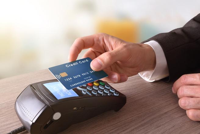 Le problème vient du fait qu'avec la technologie sans contact, le commerçant n'a pas besoin de confirmation de la banque pour accepter le règlement. © Shutterstock