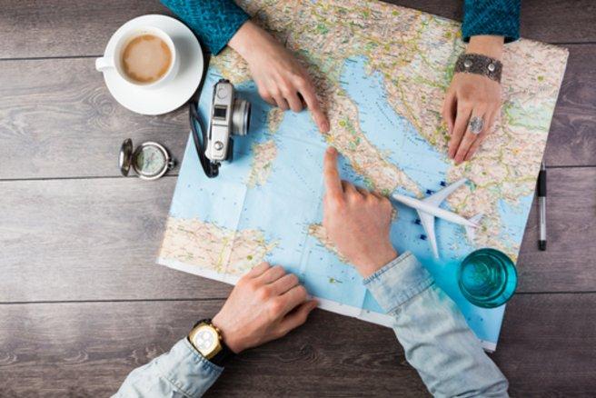Avec ses multiples fonctionnalités, Google Trips ambitionne de remplacer cartes et autres guides touristiques. © Shutterstock