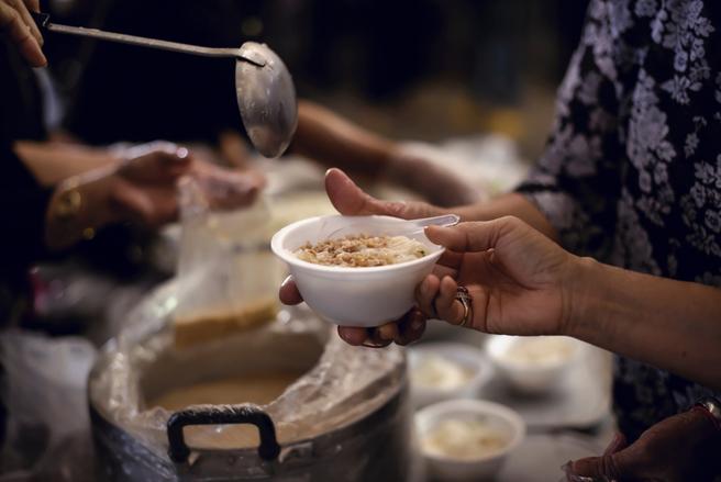 La redistribution sociale permet de limiter les effets de la pauvreté en France. © Shutterstock