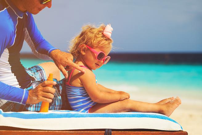 Des enfants ont eu la peau brûlée après qu'on leur ait appliqué une crème solaire. © Shutterstock