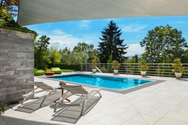 Les piscines enterrées doivent être équipées d'un dispositif de sécurité. © Shutterstock
