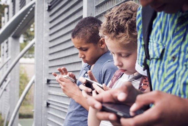 50% des adolescents entre 13 et 18 ans disent avoir une relation addictive à leur smartphone. © Shutterstock
