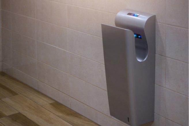 D'après une édude américaine, bactéries et champignons coloniseraient les sèche-mains automatiques. © Shutterstock