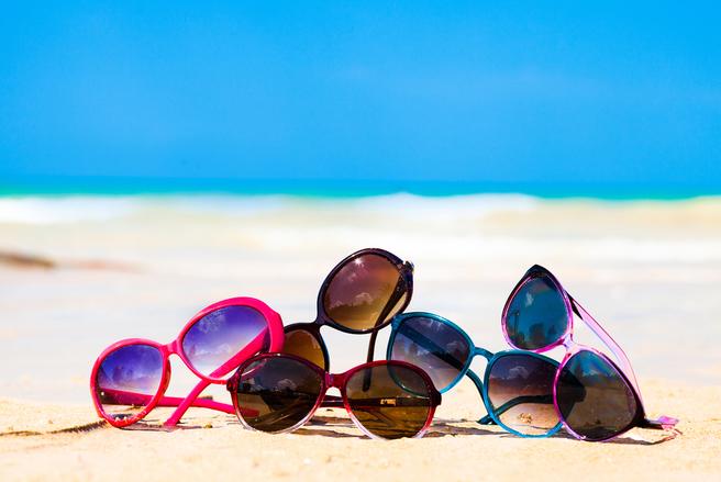 Lunettes, crème solaire, etc : méfiez-vous des contrefaçons vendues sur la plage. © Shutterstock